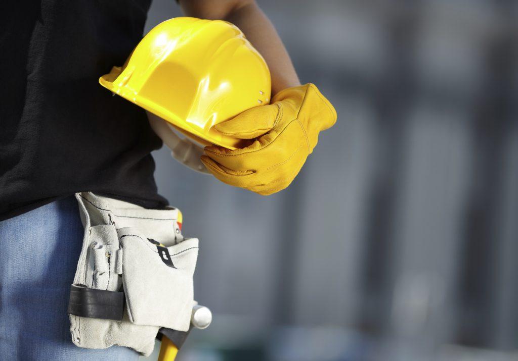 Gestión de riesgos para reducir accidentes, cumplir con la legislación y mejorar el rendimiento. Muchas organizaciones implantan un sistema de gestión de la salud y la seguridad en el trabajo (SGSST) como parte de su estrategia de gestión de riesgos para adaptarse a los cambios legislativos y proteger a su plantilla. Un sistema de gestión de la salud y la seguridad en el trabajo (SGSST) fomenta los entornos de trabajo seguros y saludables al ofrecer un marco que permite a la organización identificar y controlar coherentemente sus riesgos de salud y seguridad, reducir el potencial de accidentes, apoyar el cumplimiento de las leyes y mejorar el rendimiento en general. OHSAS 18001 es la especificación de evaluación reconocida internacionalmente para sistemas de gestión de la salud y la seguridad en el trabajo. Una selección de los organismos más importantes de comercio, organismos internacionales de normas y de certificación la han concebido para cubrir los vacíos en los que no existe ninguna norma internacional certificable por un tercero independiente. OHSAS 18001 se ha concebido para ser compatible con ISO 9001 e ISO 14001 a fin de ayudar a las organizaciones a cumplir de forma eficaz con sus obligaciones relativas a la salud y la seguridad. OHSAS 18001 te soporta en el diseño, implementación y verificación de: Planificación para identificar, evaluar y controlar los riesgos. Programa de gestión de OHSAS. Estructura y responsabilidad. Formación, concienciación y competencia. Consultoría y comunicación. Control de funcionamiento. Preparación y respuesta ante emergencias. Medición, supervisión y mejora del rendimiento. Cualquier organización que quiera implantar un procedimiento formal para reducir los riesgos asociados con la salud y la seguridad en el entorno de trabajo para los empleados, clientes y el público en general puede adoptar la norma OHSAS 18001.